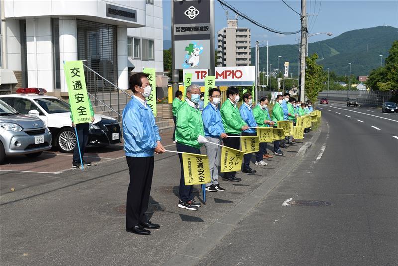 交通安全街頭啓発と清掃活動を行いました
